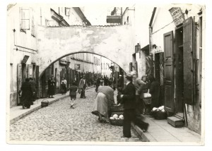 Vilna, c. 1920. Peddlers under the arch on Jatkowa Street in the Jewish quarter.